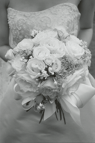 black-and-white-image-of-bridal-bouquet