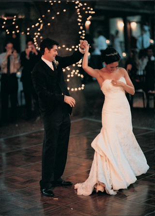 newlyweds-first-dance-at-outdoor-reception