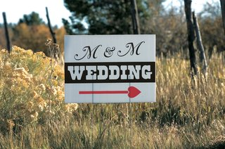 directional-sign-for-ranch-wedding-with-heart-arrow