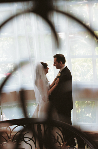 wedding-photo-of-bride-and-groom-in-hotel-atrium