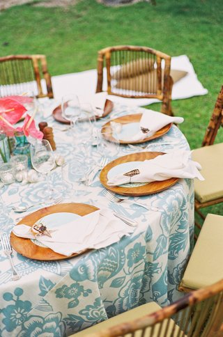 hawaiian-floral-linens-and-wood-charger-plates