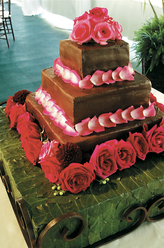 three-layer-cake-with-rose-and-dahlia-decoration