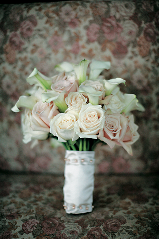 white-and-pink-roses-and-calla-lilies-bouquet-wrapped-with-white-fabric