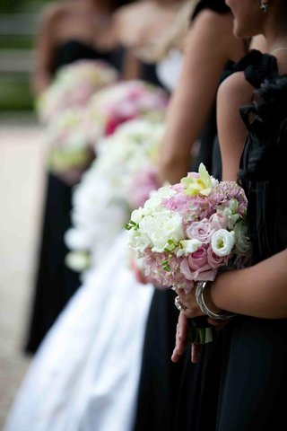 bridesmaids-bouquet-of-white-and-light-green-and-pink-flowers