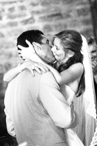 black-and-white-photo-of-bride-and-groom-kissing-in-italy