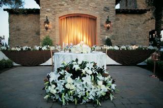 outdoor-wedding-reception-head-table-decorations