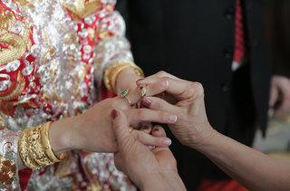 bride-receiving-jewelry-from-family