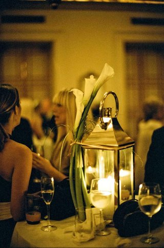 tabletop-lanterns-with-calla-lilies-attached