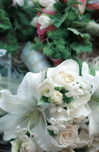 rose-calla-lily-and-stephanotis-flowers