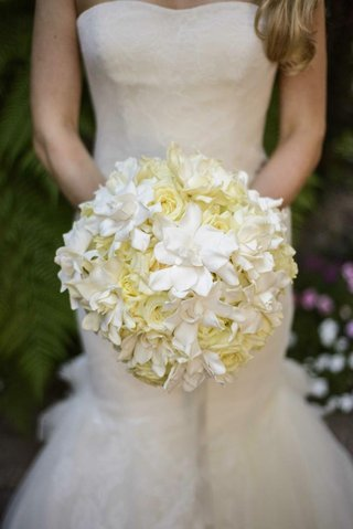 bride-carrying-ivory-roses-and-white-gardenias