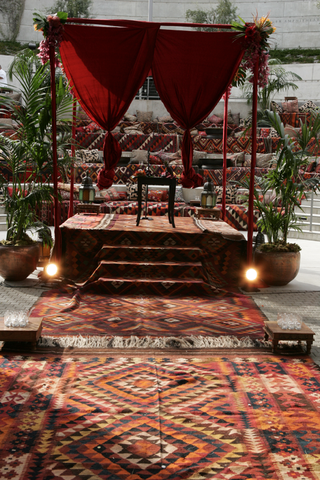 amphitheater-wedding-ceremony-with-vibrant-moroccan-rugs