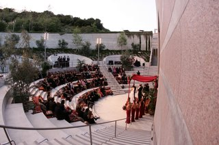 outdoor-wedding-ceremony-at-skirball-cultural-center-amphitheater