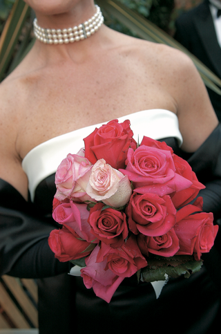 bridesmaid-holding-pink-and-red-rose-bouquet