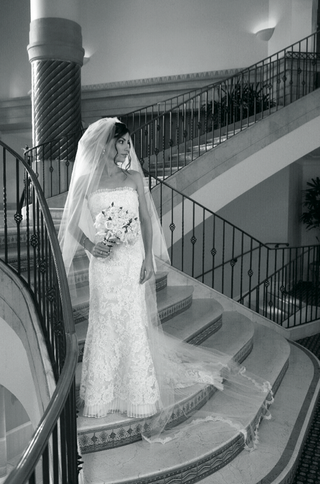 black-and-white-photo-of-bride-on-stairs
