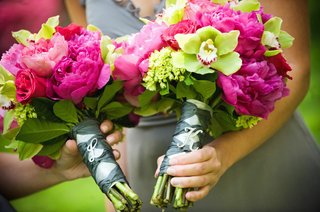 bridesmaids-bouquets-of-pink-and-green-flowers-with-personalized-pins