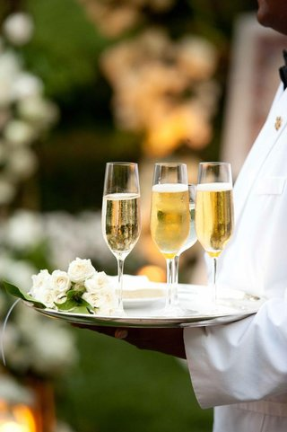 champagne-in-flutes-with-white-roses-on-tray