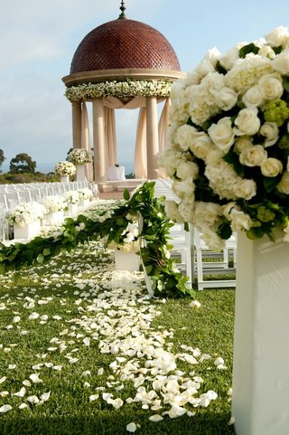 floral-arrangements-on-pedestals-leading-to-chuppah