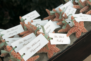 real-starfish-tied-to-wedding-place-cards