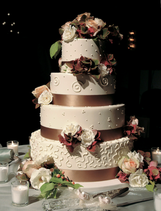 four-layer-fall-wedding-cake-with-fresh-rose-and-hydrangea-decorations
