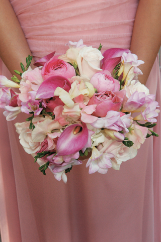 bridesmaid-in-pink-dress-holds-pink-and-white-flowers