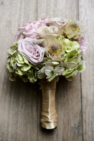 bridesmaid-nosegay-with-lilac-roses-and-thistles