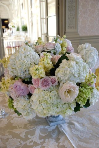 reception-floral-centerpiece-with-roses-and-hydrangeas