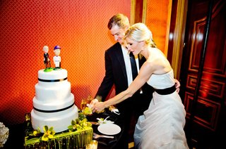 mlb-player-steve-finley-cutting-cake-with-bride