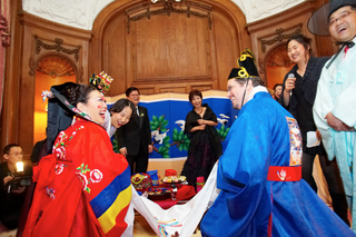 bride-and-groom-in-traditional-korean-attire