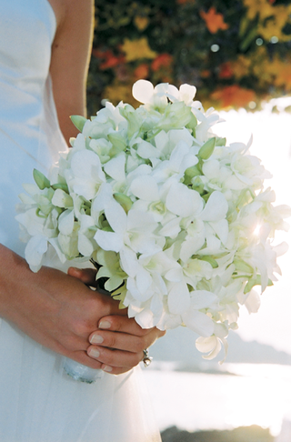 fresh-floral-bouquet-in-white-and-green