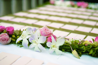 pink-rose-and-white-orchid-garland-for-wedding-reception-place-card-table