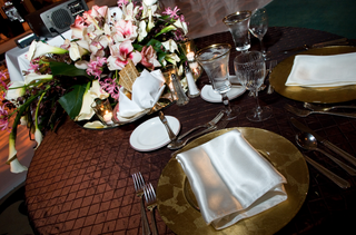 textured-tablecloth-and-floral-centerpiece