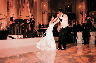 bride-and-groom-dancing-to-wedding-band