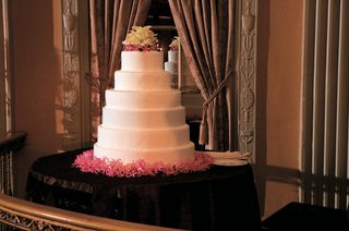 round-wedding-cake-with-pink-flower-base
