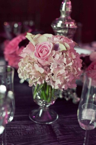 low-centerpiece-with-pink-rose-and-hydrangea-flowers