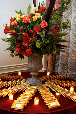 escort-card-table-flower-arrangement-in-stone-urn