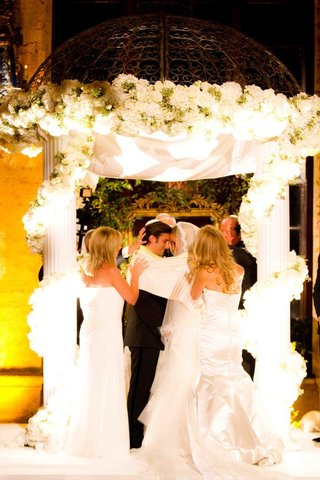 mothers-of-bride-and-groom-participate-in-jewish-wedding