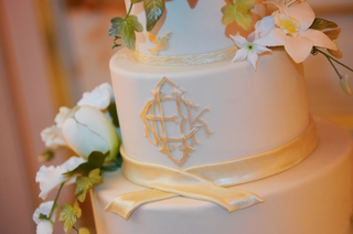 white-wedding-cake-with-ribbon-details-and-monogram