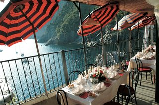 reception-on-balcony-on-cinque-terre-cliff-with-ocean-views