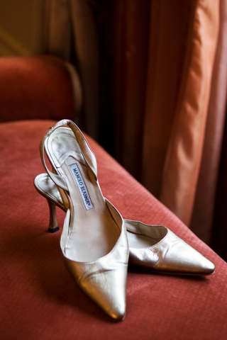 manolo-blahnik-gold-kitten-heels