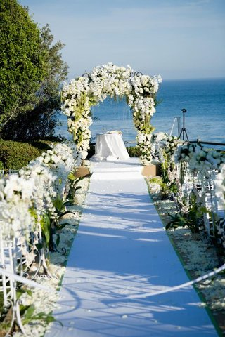 jewish-ceremony-design-with-white-flowers