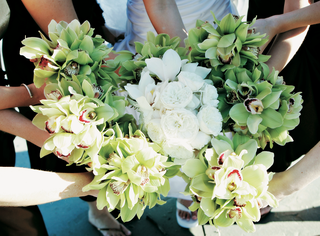 brides-bouquet-in-middle-of-bridesmaid-nosegays