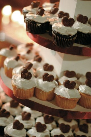 tiered-stand-with-cupcakes-and-chocolate-hearts