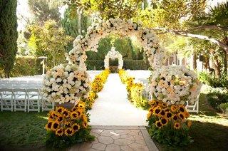 cream-and-peach-roses-and-sunflowers-along-aisle