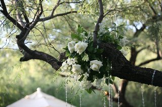 white-roses-and-flowers-in-ceremony-tree