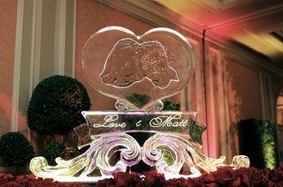 ice-sculpture-engraved-with-photo-of-bride-and-groom