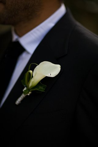 grooms-boutonniere-with-white-calla-lily