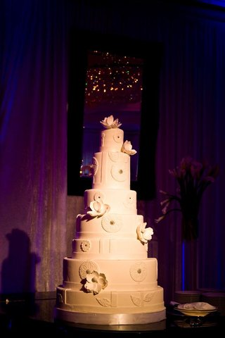 white-modern-wedding-cake-with-flowers