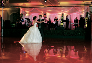 newlyweds-on-dance-floor-with-band-behind-them