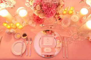 silver-mirror-charger-with-pink-flower-centerpiece