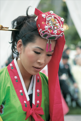 korean-bride-in-green-and-red-han-bek-and-beaded-red-headpiece